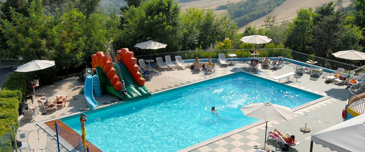 RELAX AND SWIM  Lascia da parte stress, lavoro e traffico e rilassati in mezzo alle colline del Montefeltro.  Qui tranquillità e una piscina panoramica dove tuffarti.  REGALATI RELAX