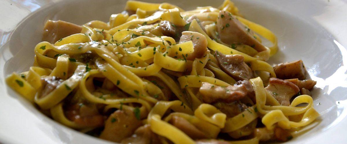 FOOD HEALTY, FOOD TRIP Gusta le ricette tradizionali con la pasta fatta in casa (le famose tagliatelle!) e conosci il territorio attraverso degustazioni di vini, formaggi e salumi, miele e pane. Avventurati alla ricerca di funghi e tartufi o scopri il loro potere afrodisiaco! BUONGUSTAIO