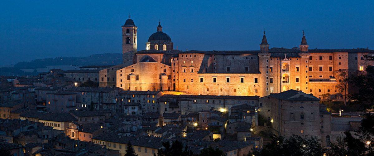 URBINO, MONTEFELTRO Parti da qui alla scoperta dei piccoli borghi del Montefeltro, delle città d'arte come Urbino, San Marino, San Leo o dirigiti verso Assisi, Gubbio o Loreto. Tappa fissa sono le Grotte di Frasassi. VIAGGIATORE ITINERANTE